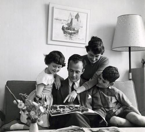 Gezin leest samen een tijdschrift / Parents and children reading a magazine together