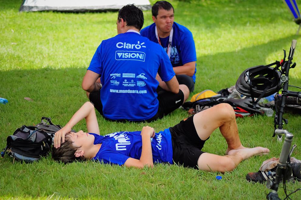 Los participantes descansan y se alimentan en el pasto mientras esperan la llamada de los organizadores para la entrega de premios de la edición 2011 del Mandu'arã Light. (Elton Núñez)