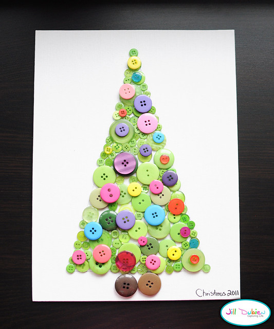 Holiday Crafts Made From Buttons http://meetthedubiens.com/2011/12/button-christmas-tree.html
