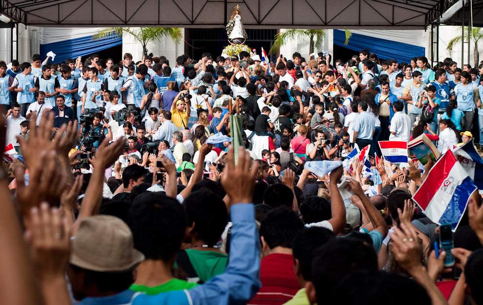 Los católicos que asistieron a la misa central del 8 de Diciembre en la basílica, saludan a la imagen de la Virgen de Caacupé antes de que la regresen al interior. Para el saludo muchos asistentes agitan pañuelos blancos, banderas paraguayas o simplemente sus manos. (Elton Núñez)