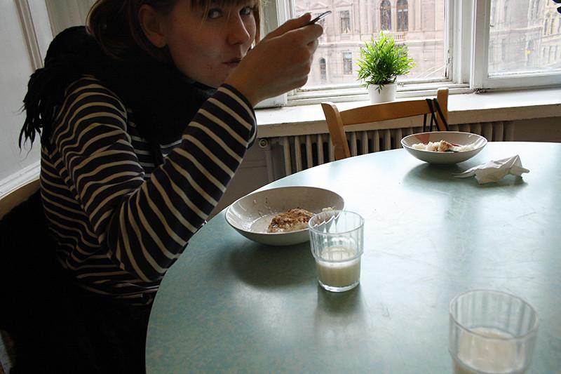 iris äter gröt i bamba