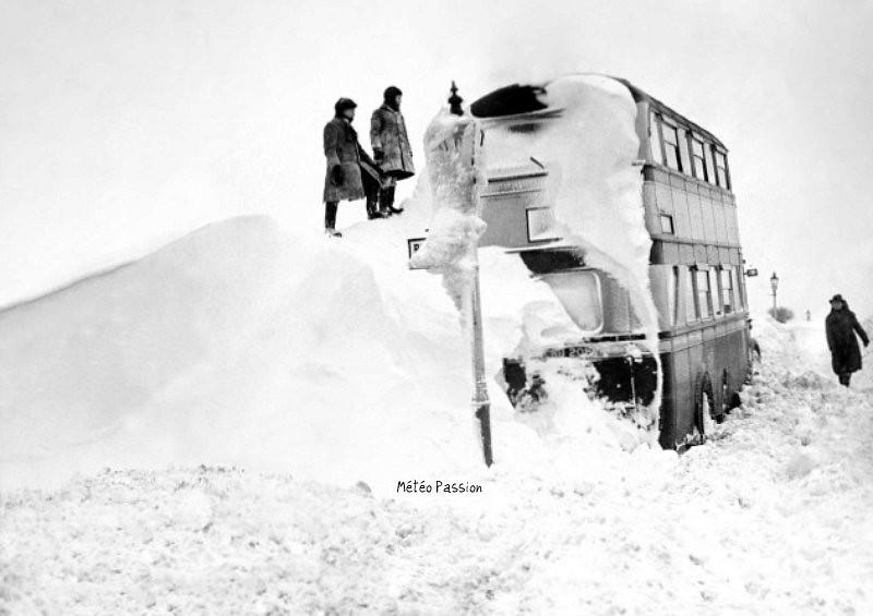 bus à impérial bloqué par la neige en Angleterre lors d'un blizzard de l'hiver 1947
