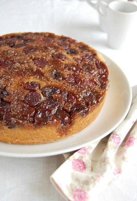 Cherry-cornmeal upside-down cake / Bolo invertido de polenta e cereja