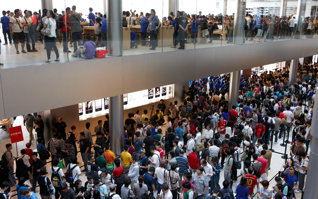 Apple Store Hong Kong crowd