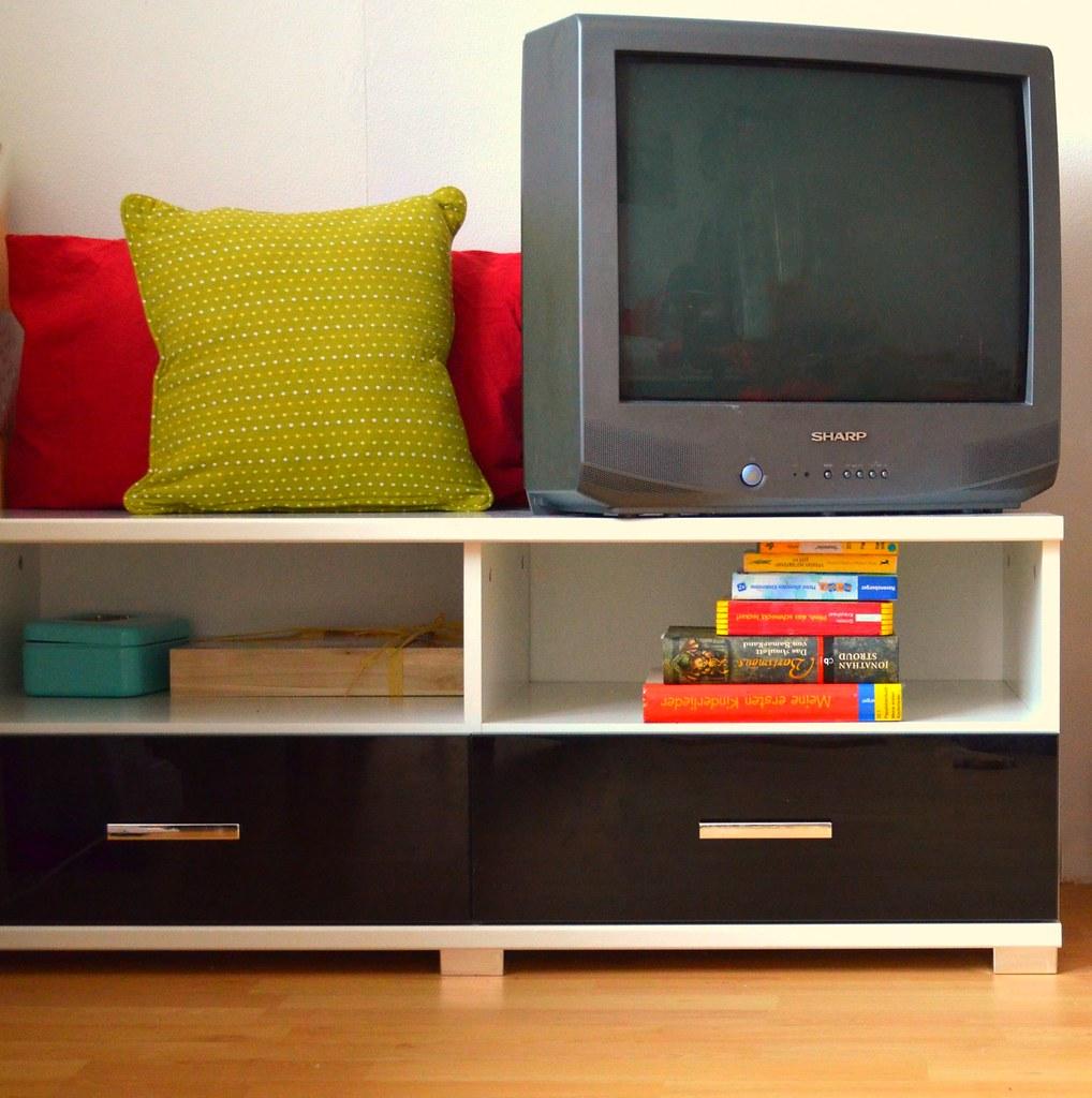 Der Fernsehr hat nun auch wieder einen standesgemäßen Platz. Links daneben steht nun mein Klimbim und Schminkregal, so kann ich mich beim herrichten immer hinsetzten :D es lebe die Faulheit.