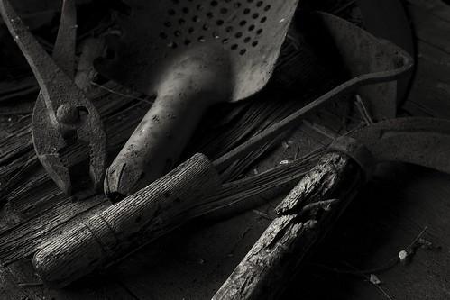 blackandwhite bw japan table decay garage tools hoe 日本 shovel carpark 岐阜 gifu neighbourhood 5star workbench pliers scythe 白黒 vacanthouse gardeningtools 岐阜県 文殊 canon50d gardeningshovel 50mmcanonf14 50dcanon whentheworkisdone afarmerslife 本巣市 fleshandiron gardeninghoe gardeningscythe littlepatchofearth olderthanbones theendoflabour thingsontheworkbench 西の門