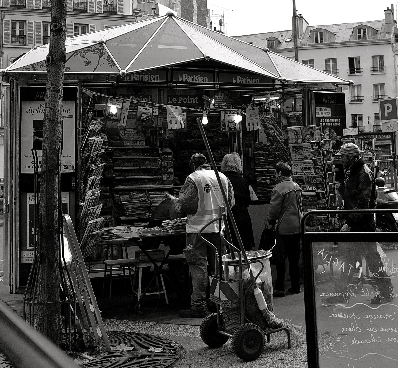 Kiosque à journaux à Montparnasse ---  Paris noir et blanc