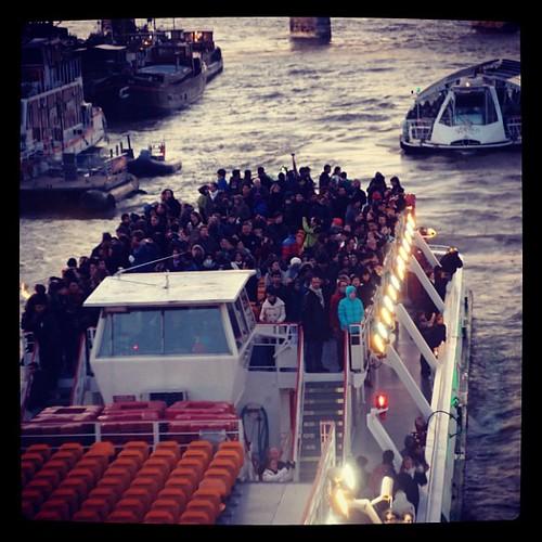 在橋上,對著迎面駛來的船,揮手或者歡呼,必會獲得熱烈的回應,這就是觀光客之間的共同語言和默契!?