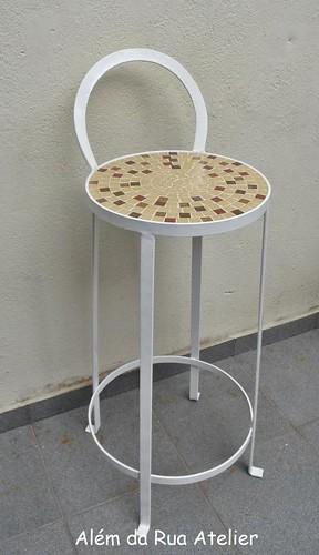 Banqueta de ferro com assento de mosaico