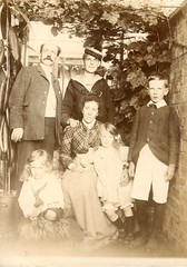 Portrait of a Victorian or Edwardian family (c.1900)