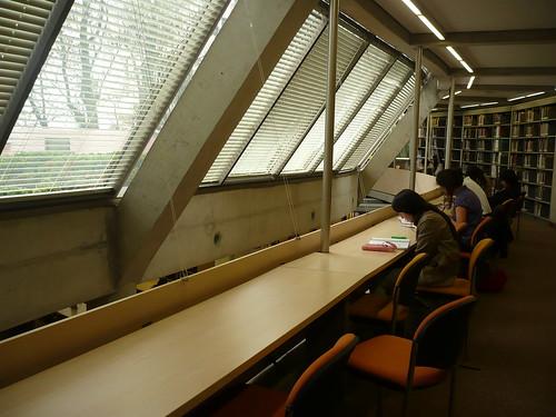 Biblioteca de Economía de la Universidad de los Andes en Bogotá, vía Flickr por linademartinez