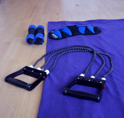 Meine Ausrüstung: Ein Expander, zwei Beinmanschetten, zwei 1 kg Hanteln