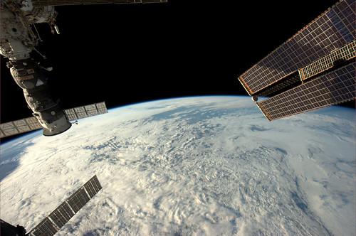 Alle zonnepanelen wijzen naar Rotterdam en de Maasvlakte in het centrum. In de open plek tussen de wolken