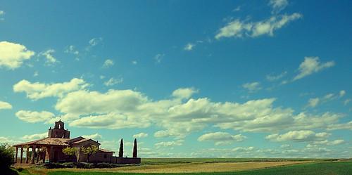 Iglesia, horizonte y algo más.