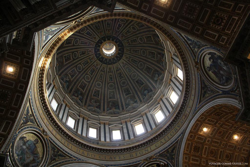 O interior da cúpula da basílica, ponto maior do génio arquitetónico elevada nesta igreja única no mundo. Nenhuma cúpula no mundo é igual a esta em altura.