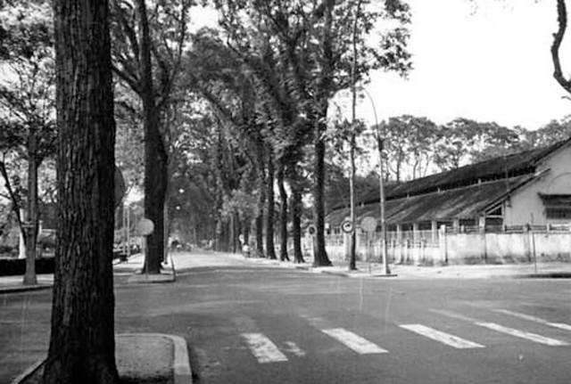 Ngã tư Pasteur-Trần Quý Cáp - phía trước bên trái là công viên Vạn Xuân