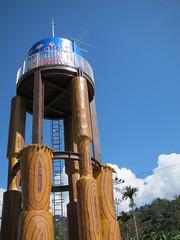 透過雨水回收系統收集到的雨水,會打上水塔,作為急難時的儲水使用,水塔並請當地藝術家作裝置藝術。