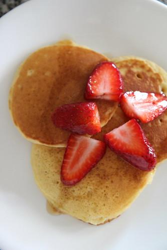 pancakes_fruit_syrup