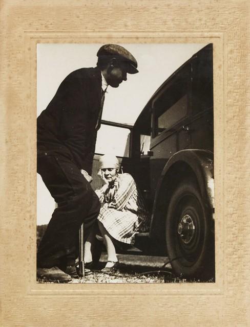 1929. А.К. Афанасьев и Л.Ю. Брик около автомобиля «Рено»