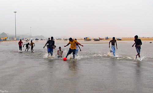 friends india beach rain childhood marina canon children fun football child madras games chennai funtimes cwc funintherain raindays canonsx20is chennaiweekendclickers ragavendran