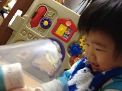 おもちゃをがちゃがちゃするよ^^ (2011/12/2)