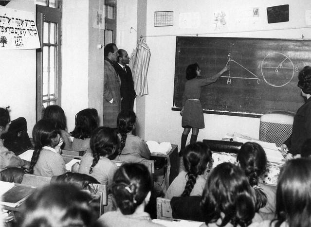 La profesora dando clases - 3 6