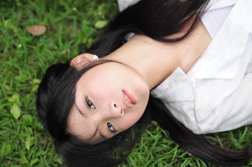 [フリー画像素材] 人物, 女性 - アジア, 女性 - 横たわる・寝転ぶ, 台湾人, ブラウス ID:201201130800