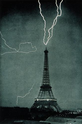 無料写真素材, 建築物・町並み, 塔・タワー, 雷・落雷・稲妻, エッフェル塔, 風景  フランス, フランス  パリ, モノクロ