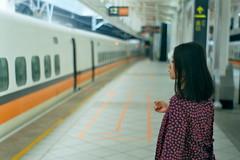 [フリー画像素材] 人物, 女性 - アジア, 人物 - 横顔・横を向く, 台湾人, 鉄道駅・プラットフォーム ID:201112251800