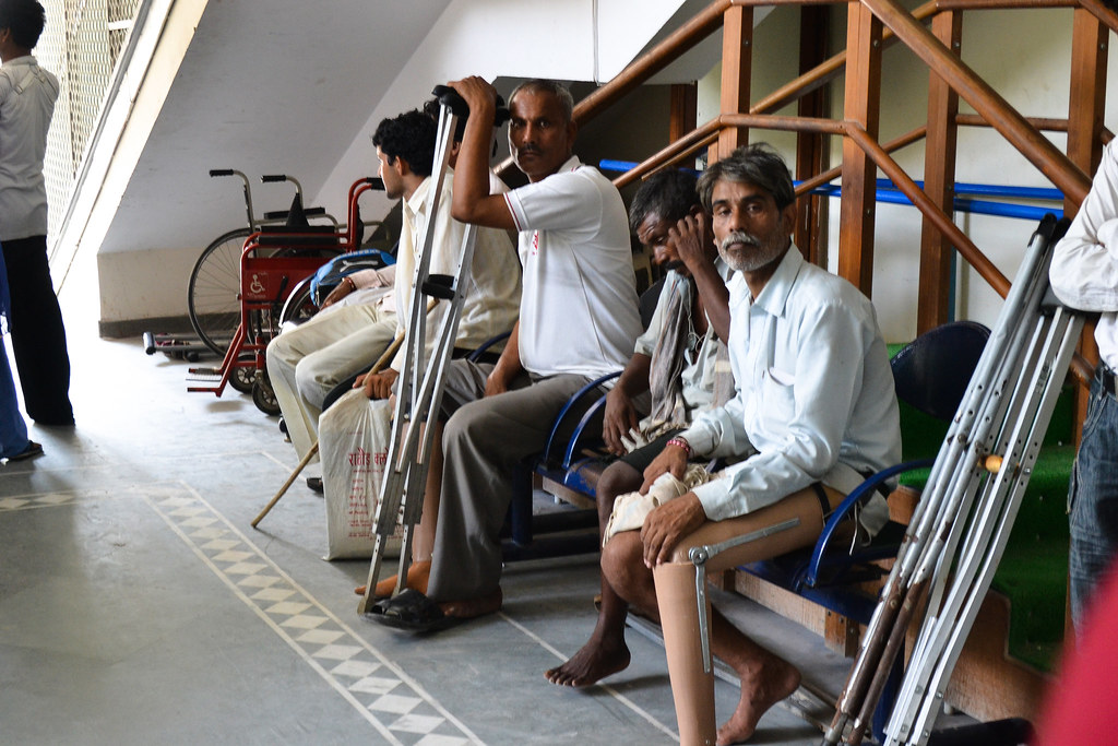 Чтобы жизнь медом не казалась в Джайпуре нас завезли на экскурсию в местную некоммерческую организацию, которая за счет пожертвований делает ультра-современные протезы.