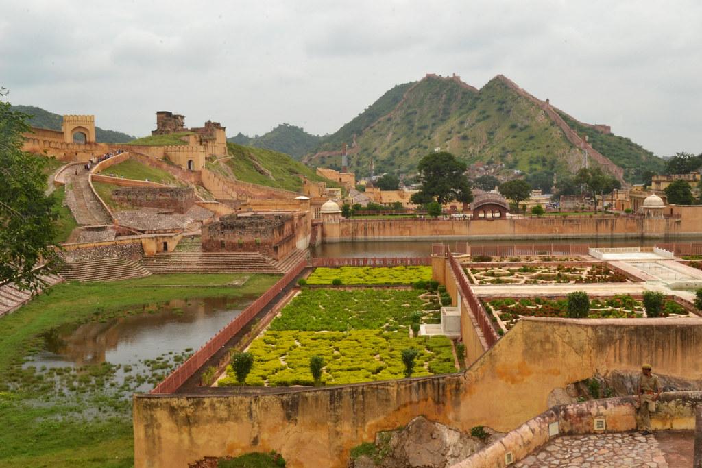 Сад у подножия Амер форта тщательно охраняют от проникновения туристов.