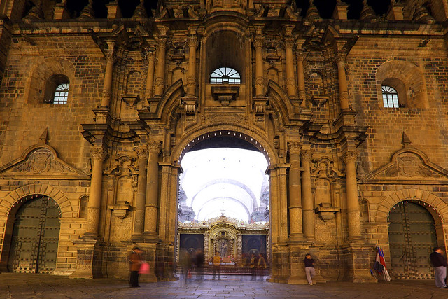 Iglesia entrance at night