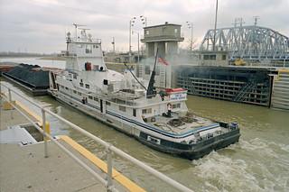 99c022: Elizabeth Marie departing main lock at McAlpine