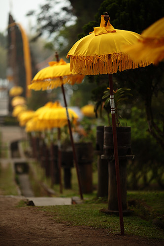 bali lake water yellow umbrella indonesia temple colorful batur beratan canonef135mmf2lusm puraulundanubratan canoneos5dmarkii yalestudio shivaite purabat