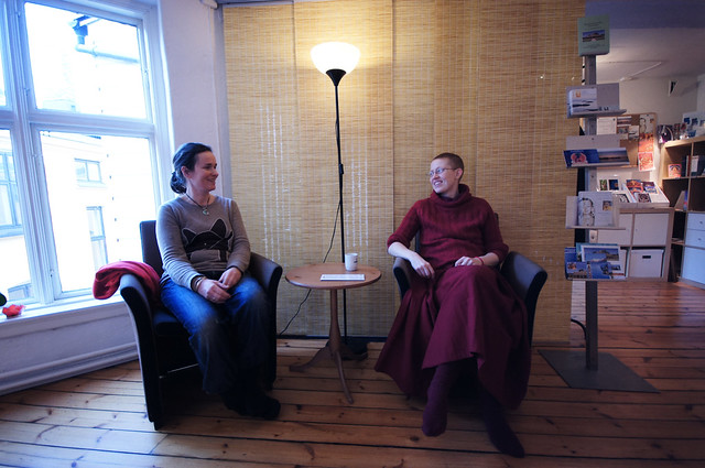 Joanna Deacon og Tubchen etter meditasjonslunsjen på Je Tsongkhapa Kadampa Buddhistsenter.