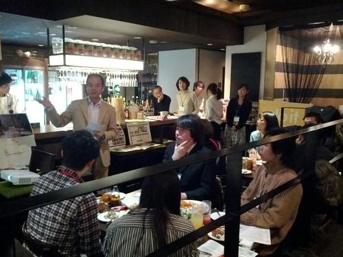 サービスグラントのプロボノラウンジ、嵯峨さんがプレゼン中。プロボノ先進国アメリカの、タップルート訪問記など。
