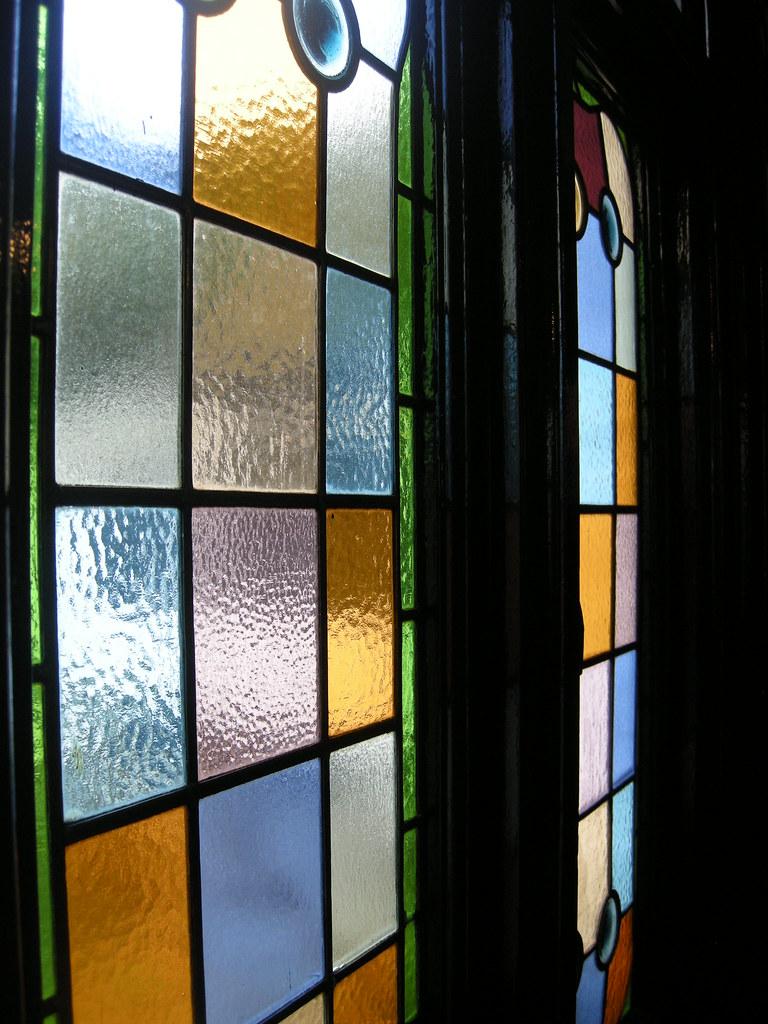 Queen's Pub glass window