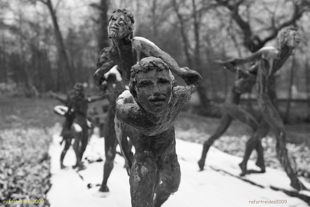 """statue """"de grote overgang"""" (winter version) (zwartwit)"""