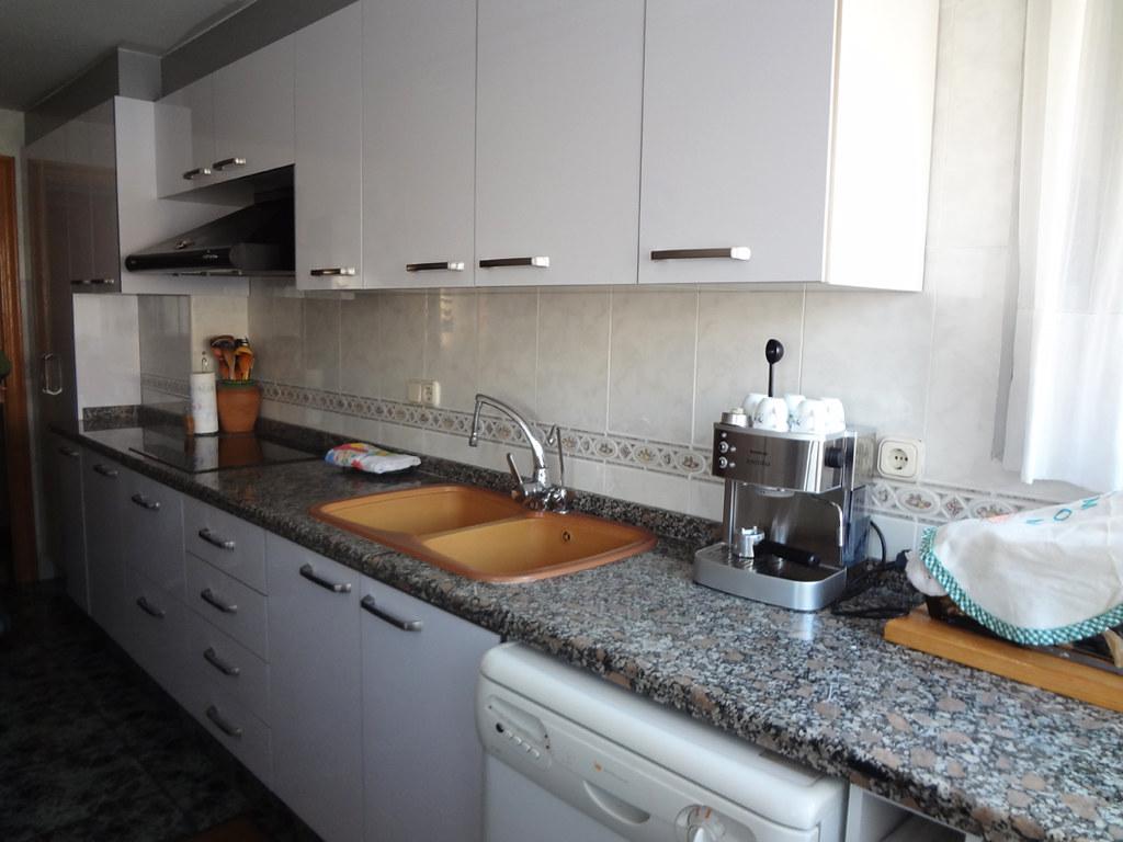 Cocina blanca tras haber cambiado las puertas originales de madera