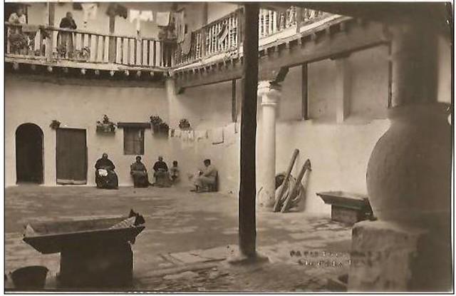Patio del Mesón del Sevillano en la Cuesta del Carmen (hoy Calle Cervantes) a comienzos del siglo XX