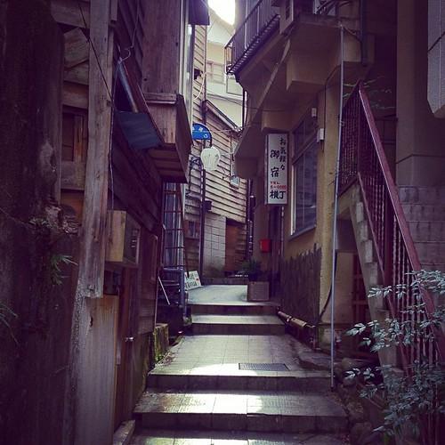 古いままで残された温泉街の小道をそぞろ歩き。
