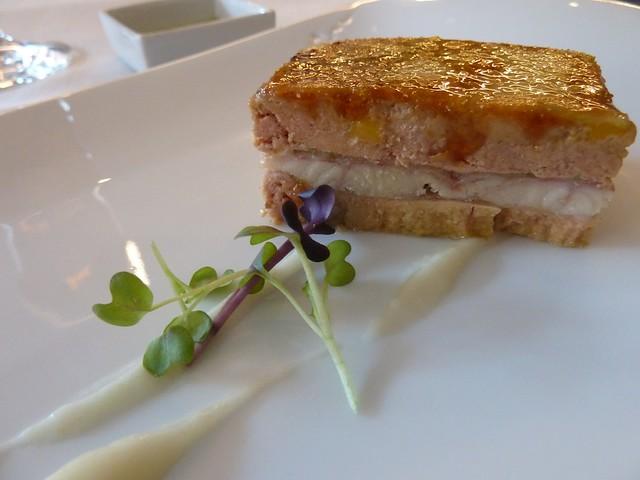Milhojas de Foie, Anguila y Manzana con crema de cebolleta