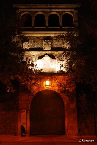Vista nocturna de la puerta de entrada a la Ciudadela desde la Avenida del Ejército