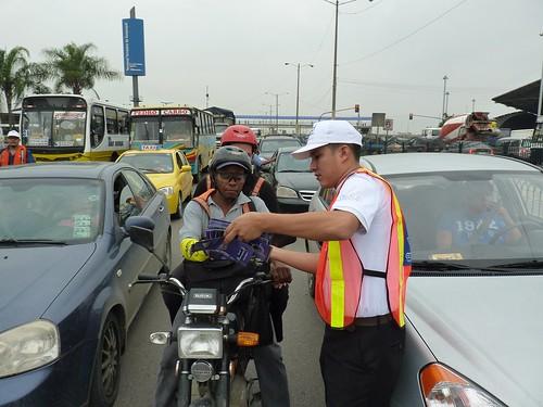 El personal que participa en la campaña explica a los conductores el contenido del material informativo