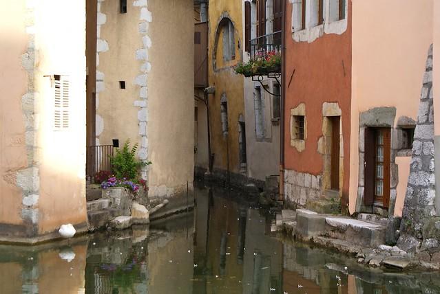 Belles couleurs pastels sur les eaux des canaux d'Annecy.