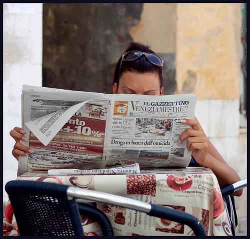 dame leest krant by hans van egdom