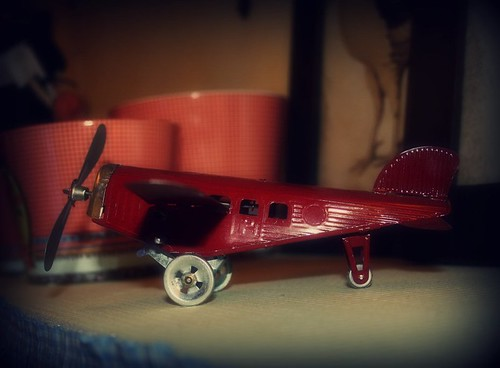 avion rojo by Hugo&Ingrid