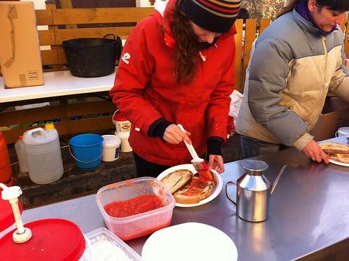 Espinelves | Fira de l'Avet | Pintando el pan con tomate