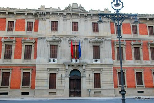 Fachada del edificio del Parlamento de Navarra en la Avenida de Las Navas de Tolosa, al final del Paseo de Sarasate.