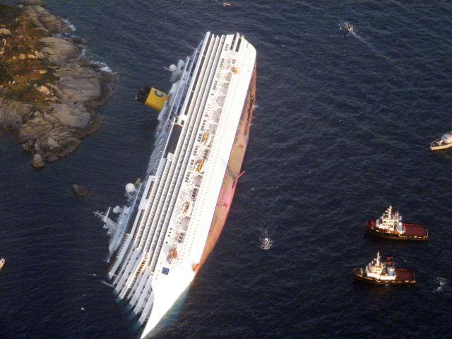 El Costa Concordia, escorado en el Mediterráneo